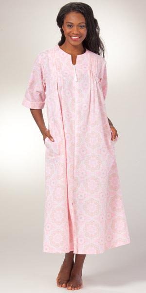 foto de Long Seersucker Robe Pink Floral Miss Elaine Zip Front