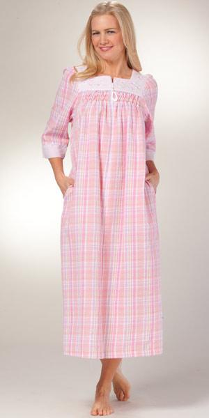foto de Miss Elaine Seersucker Robe Long Zip Front Pink Plaid